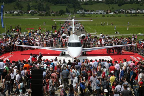 1. August: Rollout des Businessjets PC-24. Auf dem Flugplatz Buochs herrschte grosses Interesse an dem neuen Flieger der Pilatuswerke. (Bild: Philipp Schmidli)