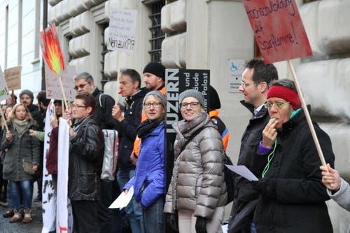 Protestierende vor dem Regierungsgebäude (Bild: Ramona Geiger / luzernerzeitung.ch)
