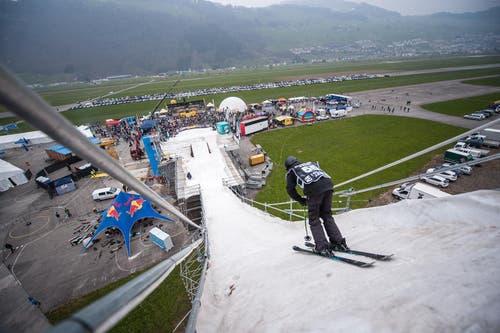 Ein Freeskier startet zu seiner Anfahrt für den Sprung. (Bild: Roger Grütter / Neue LZ)