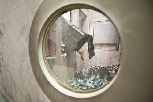 Ein Lastwagen lädt den Abfall ab. (Bild: Boris Bürgisser / Neue LZ)