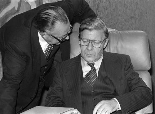 Bundeskanzler Helmut Schmidt und Staatsminister Hans-Jürgen Wischnewski am 30. September 1977 im Bonner Kanzleramt. (Bild: Keystone)