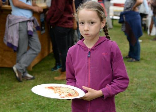 Mit sich und der Pizza zufrieden am Seenachtsfest in Lungern. (Bild: Robert Hess / Neue OZ)