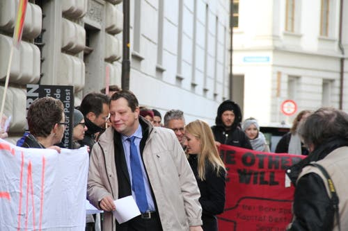 Charly Freitag (FDP) begibt sich ins Regierungsgebäude (Bild: Ramona Geiger / luzernerzeitung.ch)