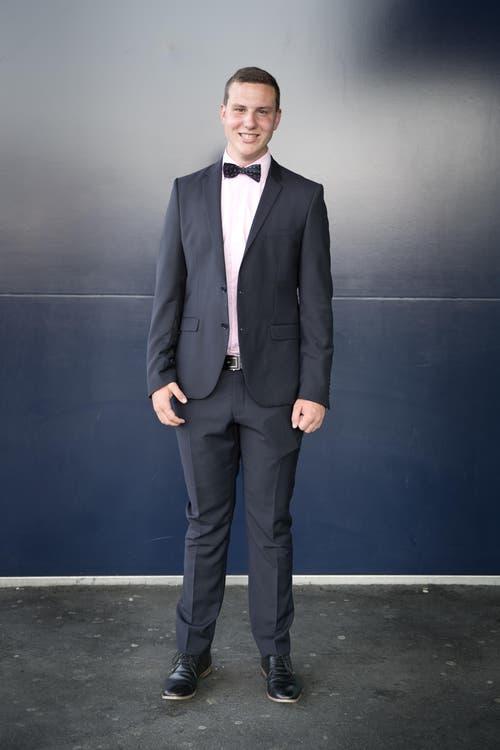 Marco Schneeberger, 18, KV, Buochs: «Ich hatte meine Kleidung bereits und wurde von meiner Mutter beraten. Das ist der Anzug, den ich bei meiner Firmung bereits getragen habe – für alle grossen Anlässe eben. Ich mag es chic, darum kommen Trainerhosen im Alltag für mich nicht in Frage.» (Bild: Neue LZ / Manuela Jans)