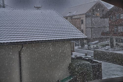 Schneefall, 7.30 Uhr 25.4.16 in Beckenried (Bild: Leserin Regula Aeppli)