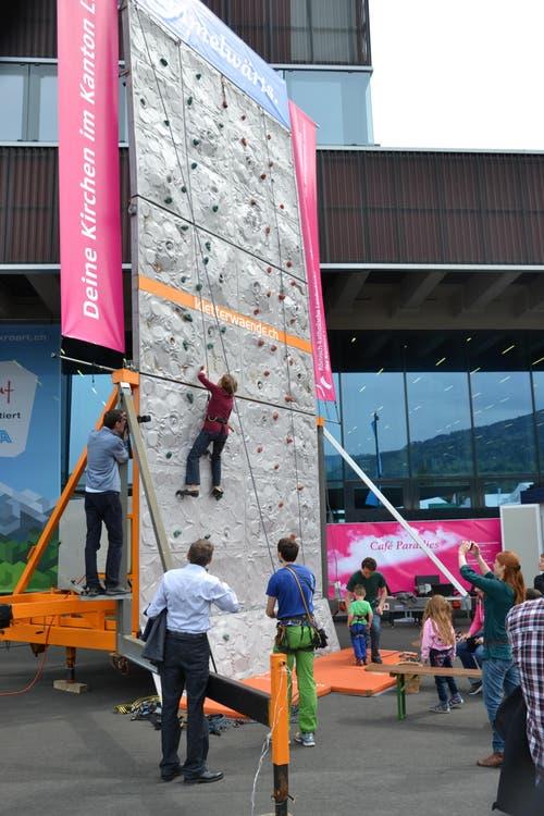 Die Kletterwand vor Halle 1 (Bild: Beatrice Vogel / Neue LZ)