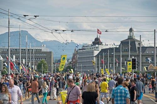 Die vielen Besucher spazieren über die gesperrte Seebrücke. (Bild: Pius Amrein / Neue LZ)