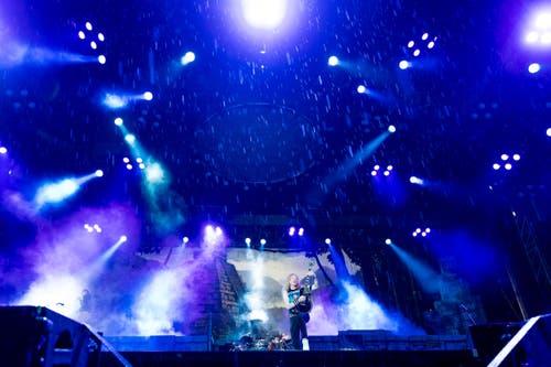Ein Spektakel: Der Auftritt von Iron Maiden - und hier im Zentrum aller Aufmerksamkeit: eine wunderbare schwarze Gibson Les Paul Custom. (Bild: Roger Grütter)