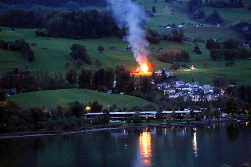 6. Oktober: Die Feuerwehr Sachseln liess einen alten Stall zu Übungszwecken abbrennen. (Bild: Leserbild Miguel Steiniger)