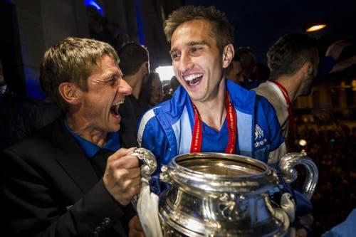 Der Trainer des FC Zürich Urs Meier (links) jubelt mit Mario Gavranovic an ihrer Feier zum Cupsieg gegen Basel. Mit einem 2:0 gegen den FC Basel nach Verlängerung errang der FC Zürich zum insgesamt 8. Mal den Schweizer Cup. (Bild: Keystone)