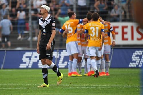 Der FC Luzern hat das 2:0 geschossen und feiert dies, was Luganos Vladimir Golemic (links) enttäuscht. (Bild: Keystone / Gabriele Putzu)
