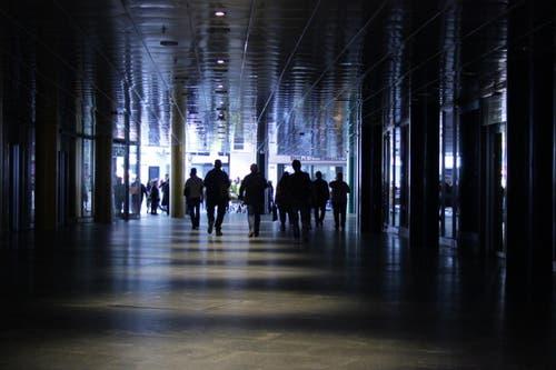 Passanten werden zu Silhouetten. (Bild: Christian Volken / luzernerzeitung.ch)