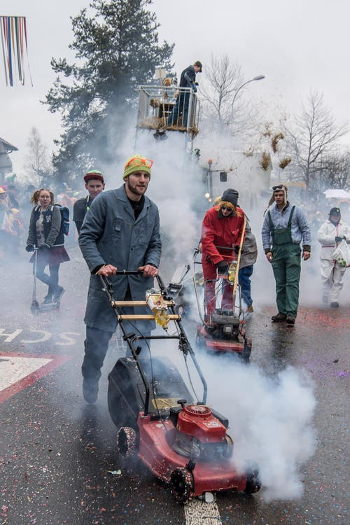 Hauswarte sorgten mit ihren Rasenmähern für viel Rauch. (Bild: Nadia Schärli)