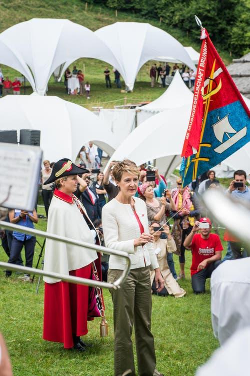 1. August Feier auf dem Rütli: Bundespräsidentin Simonetta Sommaruga dirigiert nach ihrer Ansprache die anwesende Musikgesellschaft. (Bild: Roger Grütter / Neue LZ)