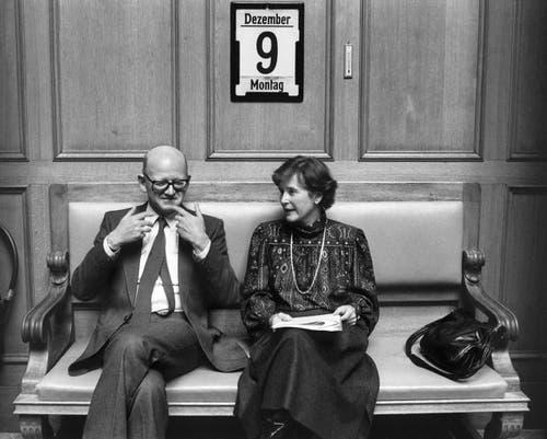 Bundesrat Alphons Egli (links) unterhält sich mit Bundesrätin Elisabeth Kopp (rechts), aufgenommen am 9. Dezember 1985 im Bundeshaus in Bern. (Bild: Keystone / Str)