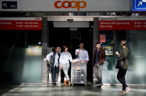 Coop hat zu. Aber die Angestellten verteilen Schoggistängeli. (Bild: Eveline Beerkircher / Neue LZ)