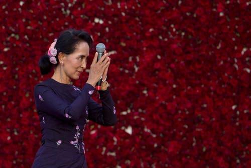 8. November: In Myammar gehen bei den nationalen Wahlen über 80 Prozent der Stimmen an die Partei der Oppositionsführerin und Friedensnobelpreisträgerin Aung San Suu Kyi. Nach fünf Jahrzehnten Militärherrschaft hofft das Land jetzt auf einen friedlichen und demokratischen Wandel. (Bild: AP/Gemunu Amarasinghe)