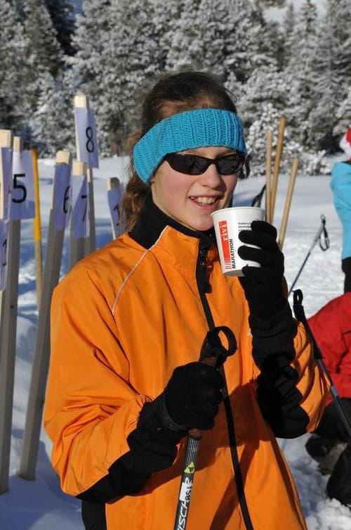 Leandra Huber aus Buttisholz geniesst den Tee in der Pause. (Bild: Robert Hess / Neue OZ)