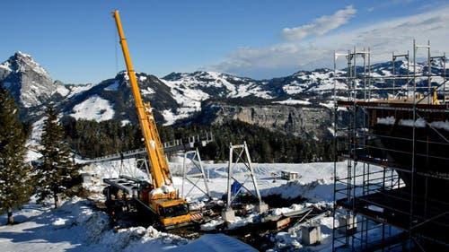 Zum Einsatz kommen schwere Geräte ((07.11.2014) (Bild: Ivan Steiner / Stoosbahnen)