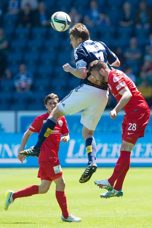 Luzerns Claudio Lustenberger (mitte) mit einem Kopfball gegen Thuns Andreas Wittwer (Bild: Keystone)