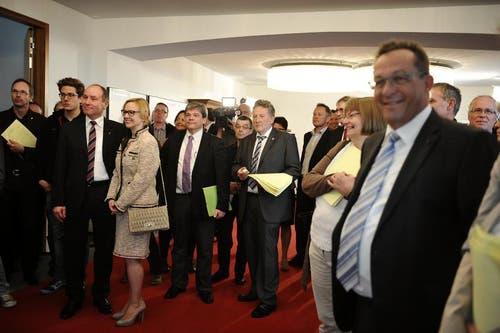 Gespanntes Warten im Rathaus von Sarnen. (Bild: Corinne Glanzmann / Neue OZ)