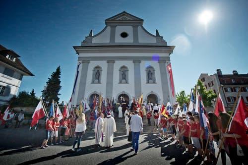 Impressionen beim Einzug durch das Städtchen und in die Kirche. (Bild: Pius Amrein (Neue LZ))