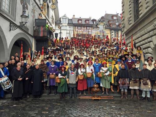 Vor der Abfahrt nach Zürich stand am frühen Morgen als erstes ein Fotoshooting auf der Rathaustreppe auf dem Programm.