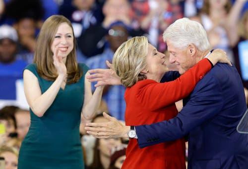 Hillary Clinton umarmt Ehemann Bill, Tochter Chelsea klatscht in die Hände. (Bild: Keystone)