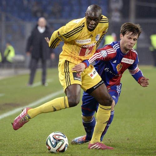 FCB's Valentin Stocker (rechts) im Kampf um den Ball gegen Luzerns Sally Sarr. (Bild: Keystone)