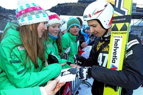 Simon Ammann verteilt Autogramme. (Bild: Philipp Schmidli)