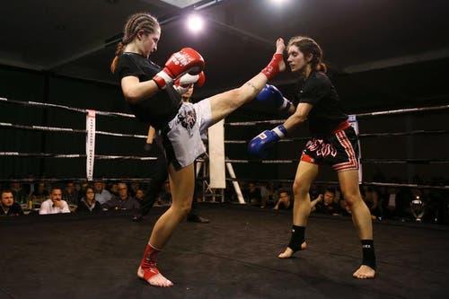 Michele Bachmann (links) setzt einen Kick gegen Verena Hofmann. (Bild: Philipp Schmidli / Neue LZ)
