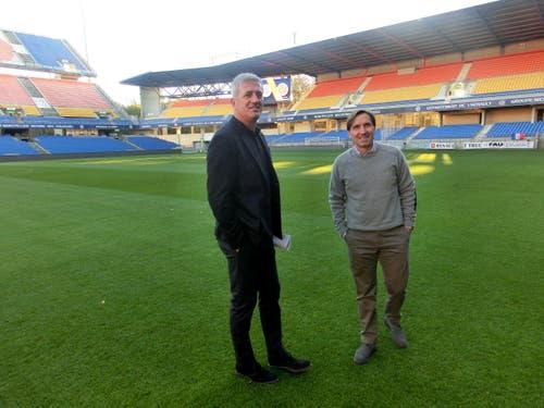 Nationalcoach Vladimir Petkovic (links) und Assistenztrainer Antonio Manicone inspizieren das Stade de la Mosson in Montpellier. (Bild: SFV / Marco von Ah)