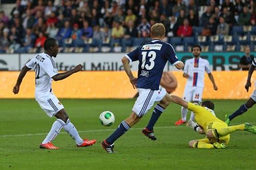 Basels Giovanni Sio (links) erzielt das 1:0 gegen Luzerns Florian Stahel (Mitte) und David Zibung (rechts). (Bild: Phillipp Schmidli / Neue LZ)
