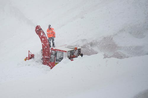 Die Schneeräumungsarbeiten auf der Urner Seite des Sustenpasses im Meiental sind in vollem Gange. (Bild: Keystone / Urs Flüeler)