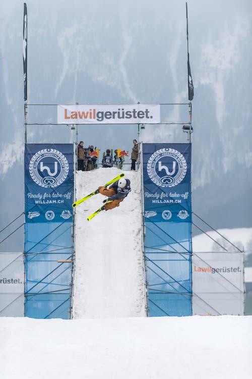 Über diese Schanze fahren Snowboarder und Freeskier, um ihre Tricks zu zeigen. (Bild: Roger Grütter / Neue LZ)