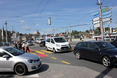 Der Verkehr vor dem Bahnhof musste sich selber regeln. Die Ampeln funktionierten nicht. (Bild: Christian Volken / luzernerzeitung.ch)
