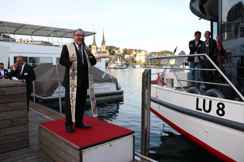 Pfarrer Ernst Heller segnet das Schiff. (Bild: Stefanie Nopper / Luzernerzeitung.ch)
