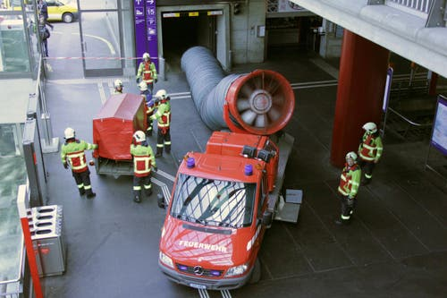 Bei einer Auffahrt hat diew Feuerwehr einen riesigen Lüfter angesetzt. (Bild: Christian Volken / luzernerzeitung.ch)