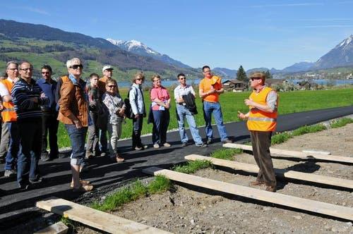 Sepp Berwert von der Belop GmbH, Gesamtprojektleiter im Auftrag der Wasserbaukommission Giswil (rechts), informiert eine Gruppe bei der Baustellenbesichtigung über das Projekt. (Bild: Robert Hess / Neue OZ)