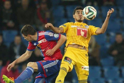 Der Luzerner Dario Lezcano, rechts, im Zweikampf mit Basels Fabian Schär. (Bild: Keystone)