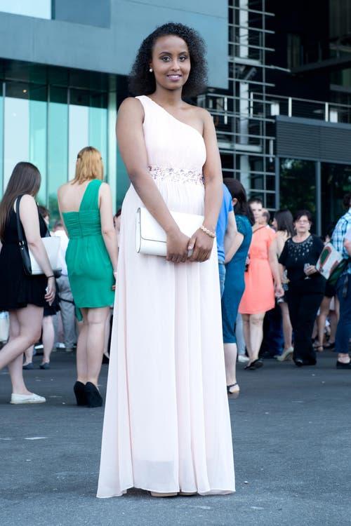 Munawara Ibrahim, 19, Detailhandelsfachfrau, Kriens: «Ich wurde von meiner Mutter beraten, sie hilft mir immer in Sachen Aussehen. Ich würde nie etwas rückenfreies tragen. Für das heutige Outfit habe ich rund 150 Franken bezahlt, natürlich extra für die Diplomfeier.» (Bild: Neue LZ/Dominik Wunderli)