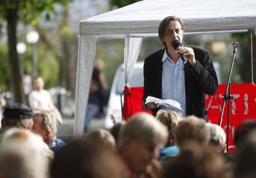 Der Schweizer Schriftsteller Pedro Lenz hielt eine Rede. (Bild: Stefan Kaiser / Neue ZZ)