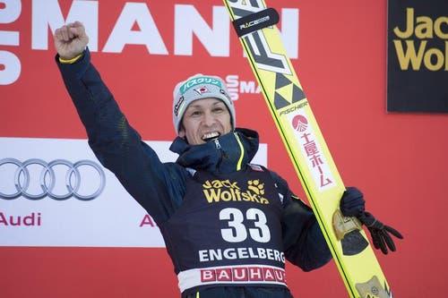 Der Japaner Noriaki Kasai freut sich über den dritten Platz beim ersten der beiden Springen in Engelberg. (Bild: Keystone / Urs Flüeler)