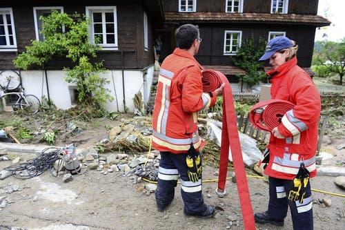 Am Montagmorgen pumpt die Feuerwehr Ebikon-Dierikon die Keller aus. (Bild: Keystone / Urs Flüeler)