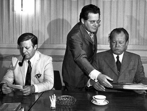 Der Finanzminister Helmut Schmidt, Brandt-Referent Günter Guillaume und Bundeskanzler Willy Brandt (von links) bei einer SPD-Vorstandssitzung in Berlin am 23. Juni 1973. Als Guillaume als Spion enttarnt wurde, trat Brandt als Bundeskanzler zurück. (Bild: Keystone)