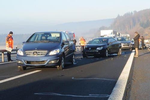 11. Dezember 2013: Drei Auffahrunfälle und acht ineinander gestossene Autos forderte dieser Mittwochmorgen auf der Autobahn A2 bei Knutwil. Die Einsatzkräfte hatten Mühe zum Unfallort zu gelangen, weil Autos den Weg versperrten. (Bild: Luzerner Polizei)