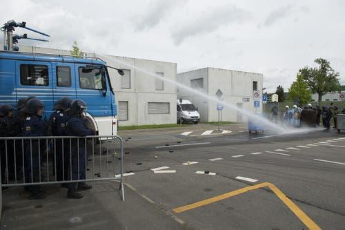 Der Wasserwerfer kommt zum Einsatz, um Menschen zu vertreiben. (Bild: Keystone / Anthony Anex)
