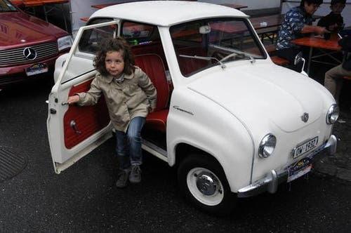 Am OiO treffen junge und ältere Menschen alte Autos in allen Dimensionen. (Bild: Geri Wyss / Neue OZ)