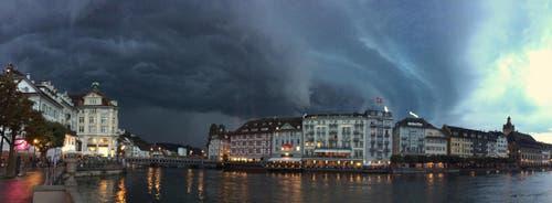 Aufziehendes Gewitter über Luzern. (Bild: Leserbild Marcel Pironato)