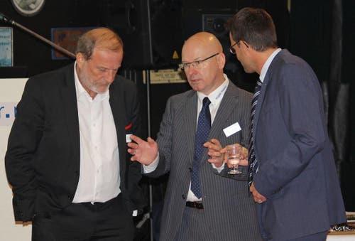 Messeleiter Peter Binggeli (mitte) im Gespräch mit Zugs Stadtpräsident Dolfi Müller (links) und Thomas Regli, CEO der Seewarte, am 8. Zuger Wirtschaftszmittag (26.10.2015). (Bild: PD)